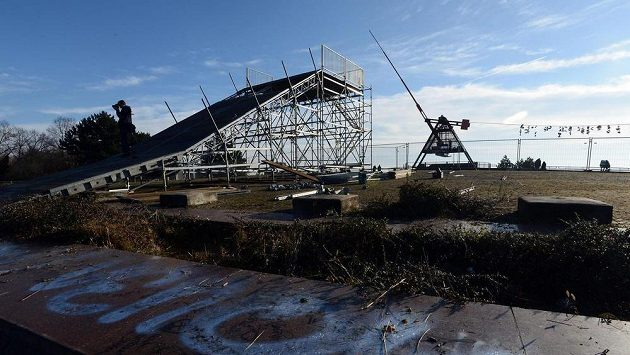 Na pražské Letné pokračovala 7. ledna výstavba Olympijského parku. Teplé počasí brání výrobě technického sněhu pro běžeckou dráhu a snowpark (na snímku) i ledu pro kluziště či curlingovou dráhu.