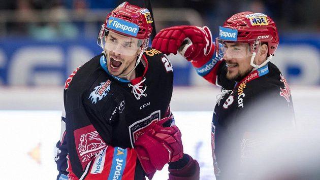 Zleva Jiří Šimánek a Martin Pláněk z Hradce Králové se radují z vyrovnávacího gólu na 1:1.