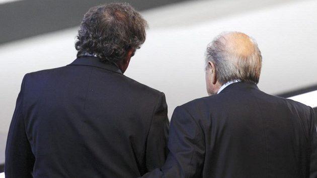 Prezident FIFA Sepp Blatter (vpravo) a předseda UEFA Michel Platini nesmí osm let působit ve fotbale.