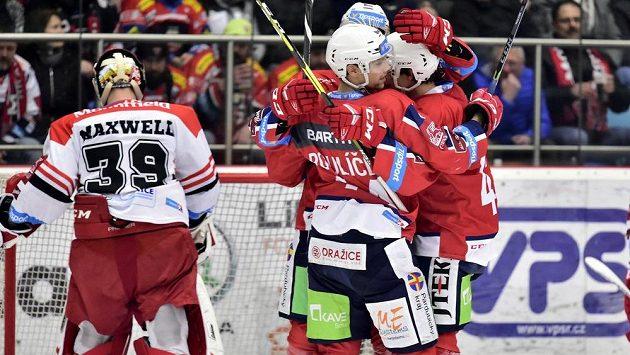 Hráči Pardubic se radují z branky na ledě Hradce Králové.