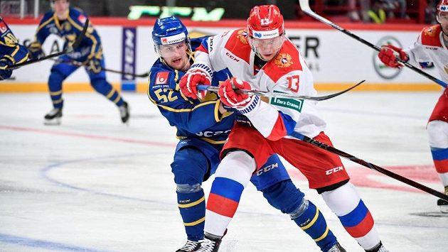Śvédský hokejista Philip Holm a Rus Sergej Andronov během úvodního utkání Carlson Hockey Games .