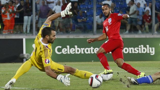 Anglický útočník Theo Walcott střílí gól do sítě San Marina.