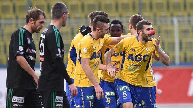 Admir Ljevakovič z Teplic (vpravo) se raduje se spoluhráči ze svého gólu proti Příbrami.