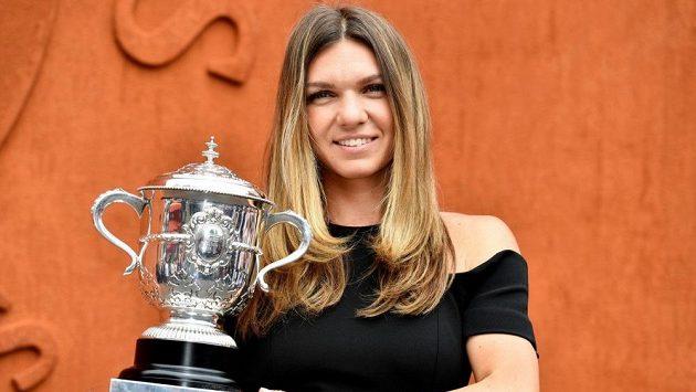 Simona Halepová s trofejí pro vítězku French Open.