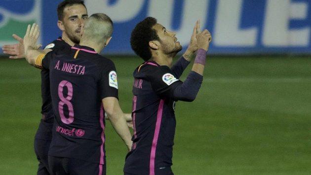 Brazilec Neymar slaví svůj gól, který vstřelil ve španělské lize do sítě Granady. Byl už jeho stým v barcelonském dresu.