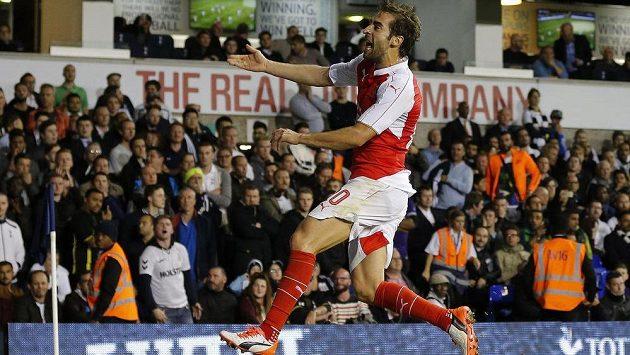 Mathieu Flamini z Arsenalu se dvěma góly postaral o vyřazení Tottenhamu v pohárovém derby.