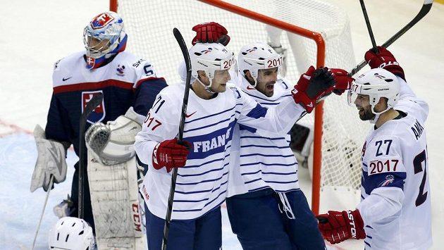 Baptiste Amar (vpravo) z Francie slaví gól proti Slovensku. Vlevo je zklamaný brankář Ján Laco.