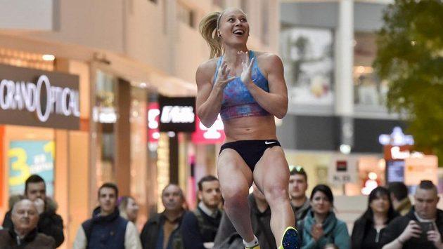 Vítězka atletického halového mítinku ve skoku o tyči Zimní Pražské tyčky Jiřina Ptáčníková.