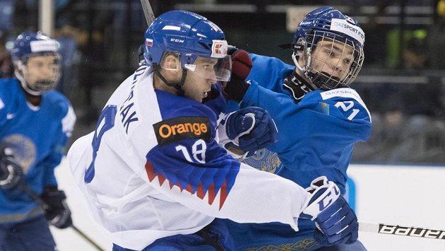 Ostrý souboj slovenského hráče Patrik Hrehorčáka(18) s Kazachem Arťomem Koroljovem o puk při utkání skupinové fáze MS do 20 let v Kanadě.