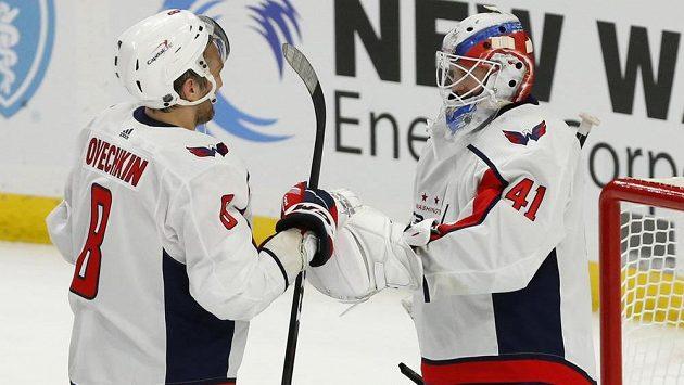 Ruská hvězda Alexander Ovečkin gratuluje po zápase golmanovi Vaněčkovi k jeho první výhře při prvním startu v NHL.
