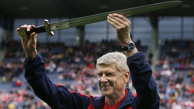 Před nedávným přípravným duelem v Norsku dostal Arséne Wenger meč.
