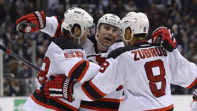 Hokejisté New Jersey Devils Jaromír Jágr (vlevo), Marek Židlický (uprostřed) a Dainius Zubrus se radují z vítězné branky proti Los Angeles Kings.