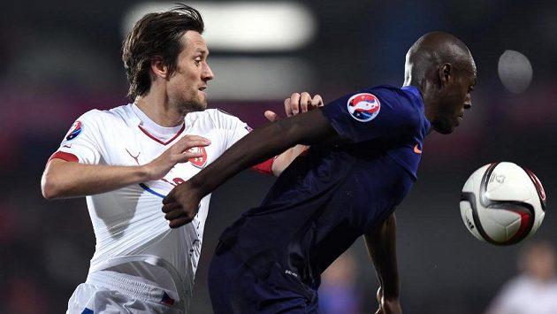 Nizozemský obránce Bruno Martins Indi (vpravo) v souboji s českým záložníkem Tomášem Rosickým.