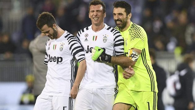 Fotbalisté Juventusu Turín v čele s Buffonem se radují z výhry.