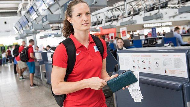 Kateřina Cachová během odletu atletické výpravy na MS do Londýna.