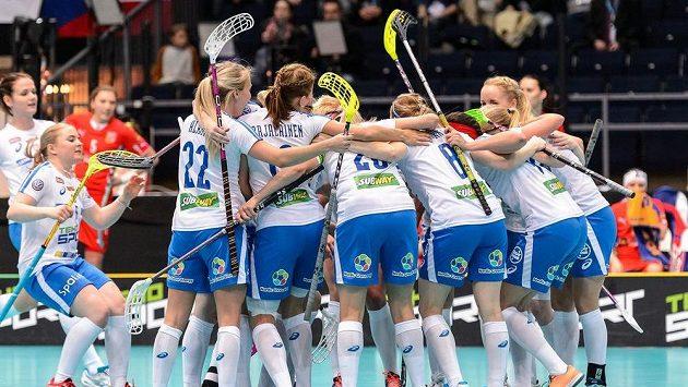 Radost finských florbalistech z gólu proti České republice v semifinále MS.