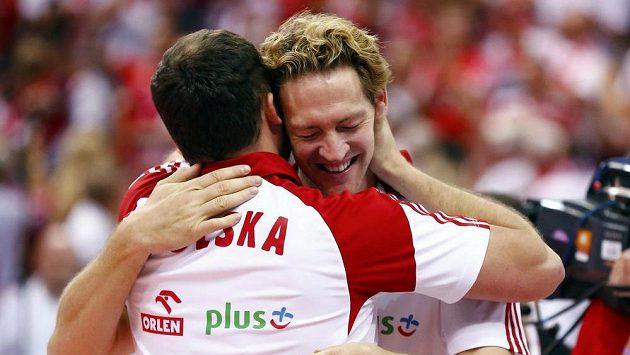 Polští volejbalisté se radují ze světového zlata.