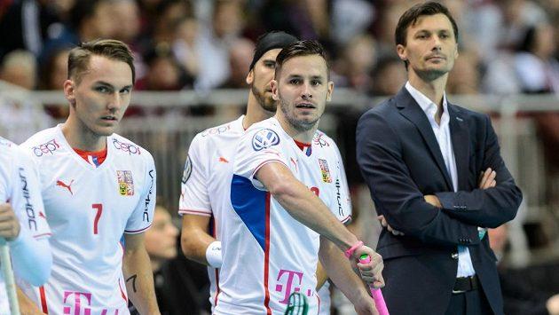 Čeětí florbalisté (zleva) Milan Tomašík, Tomáš Sladký, Martin Tokoš a trenér Radim Cepek už vyhlížejí souboj se Švédskem.