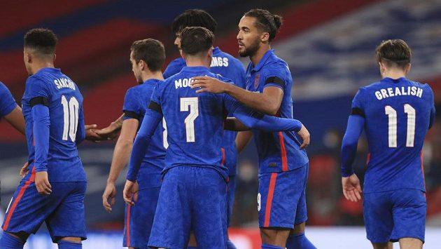 Fotbalisté Anglie se radují z gólu proti Irsku.