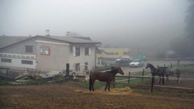 V mlze zahalená farma Na Srdéčku u Hvozdu na Prostějovsku