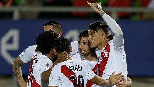 Peruánec Claudio Pizarro (druhý zprava) se raduje se spoluhráči z gólu proti Venezuele na fotbalovém mistrovství jižní Ameriky.