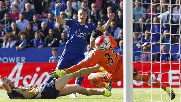 Jamie Vardy z Leicesteru překonává Petra Čecha v brance Arsenalu.