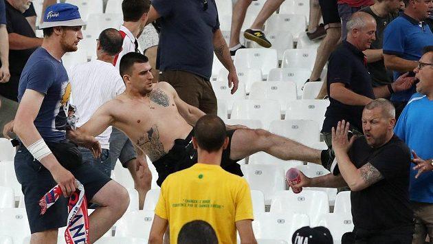 Bitka anglických a ruských fanoušků na stadiónu Velodrome v Marseille.