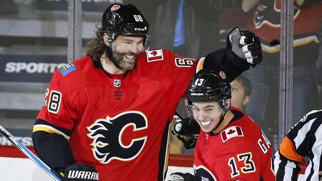 Jaromír Jágr (vlevo) a Johnny Gaudreau z Calgary při utkání s Detroitem.