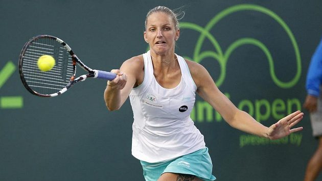 Česká tenistka Karolína Plíšková returnuje v utkání miamského turnaje s Badosaovou.