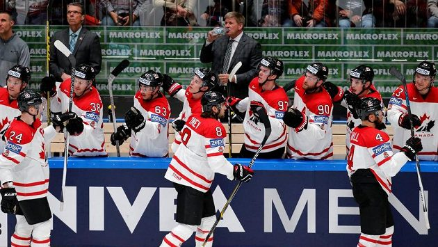 Kanadští hokejisté slaví jeden z gólů v utkání proti Slovensku.