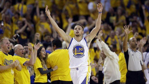 Hvězda Golden State Warriors Stephen Curry se raduje z koše proti Portlandu.