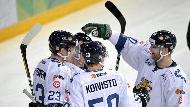 Hokejisté Finska se radují z branky do sítě Ruska.