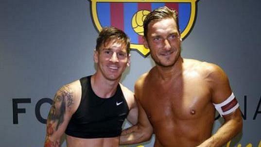 Bacelonský útočník Lionel Messi (vlevo) a Francesco Totti z AS Řím.