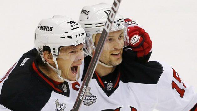 Patrik Eliáš a Petr Sýkora (vpravo) se radují ve čtvrtém finále Stanley Cupu z gólu proti LA Kings.