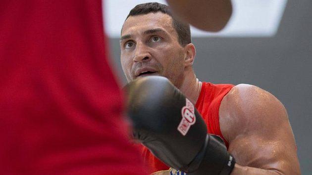 Ukrajinský šampión Vladimir Kličko se na tréninku v Hamburku připravuje na souboj s Polákem Mariuszem Wachem.