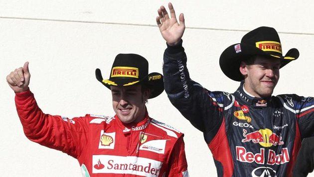 Sebastian Vettel (vpravo) má titul na dosah, Fernando Alonso je však stále ve hře...