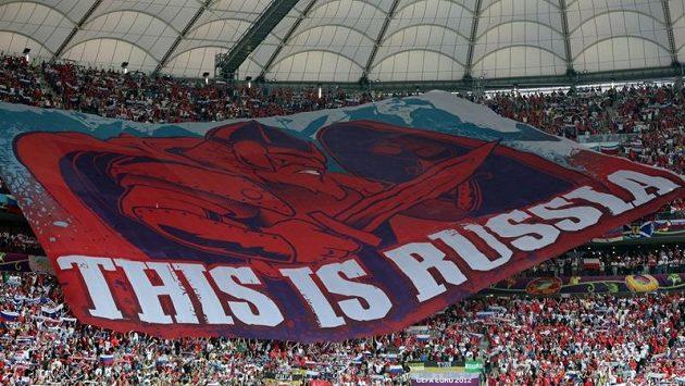Velký transparent, který rozvinuli ruští fanoušci při utkání s Polskem v hledišti varšavského Národního stadiónu za zvuků ruské hymny