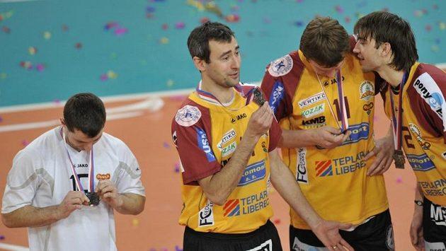 Volejbalisté Liberce si prohlížejí stříbrné medaile za druhé místo v extralize.