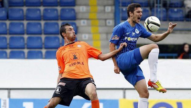 Olomoucký Ordoš (vlevo) a liberecký Kelič bojují o míč.