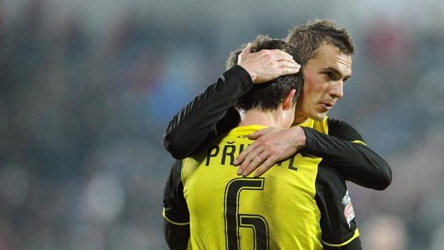 Fotbalisté Sparty Tomáš Přikryl (zády) a Peter Grajciar se radují z branky.