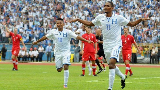 Fotbalista Hondurasu Jerry Benson (vpravo) slaví se spoluhráčem Mariem Martínezem gól Kanadě.