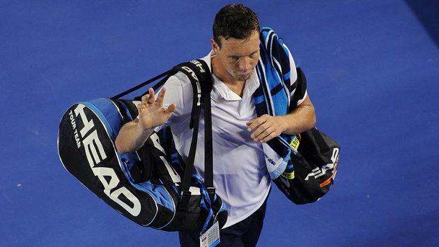 Zklamaný Berdych opouští kurt v Melbourne.