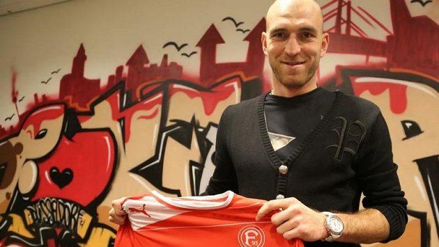 Fotbalový obránce Martin Latka pózuje po přestupu s dresem bundesligové Fortuny Düsseldorf