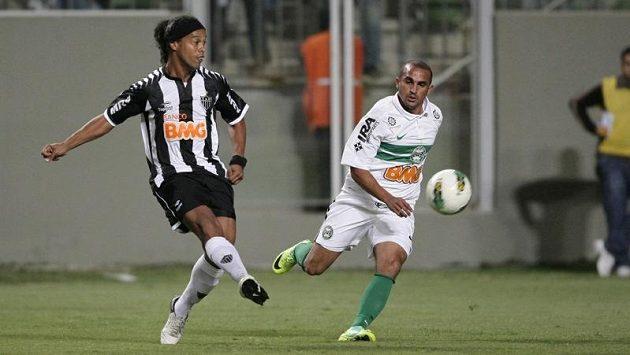 Fotbalový kouzelník Ronaldinho (vlevo) před zákrokem.