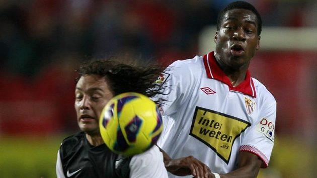 Manuel Iturra z Málagy (vlevo) v souboji o míč se sevillským Geoffreym Kondogbiou v utkání španělské ligy