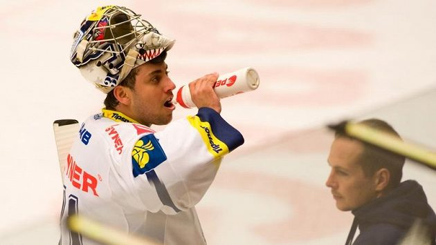 Liberecký gólman Ondřej Pavelec se občerstvuje během pauzy utkání v Českých Budějovicích