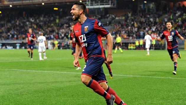 Útočník Marco Borriello z FC Janov se raduje ze vstřelení gólu do sítě Palerma.