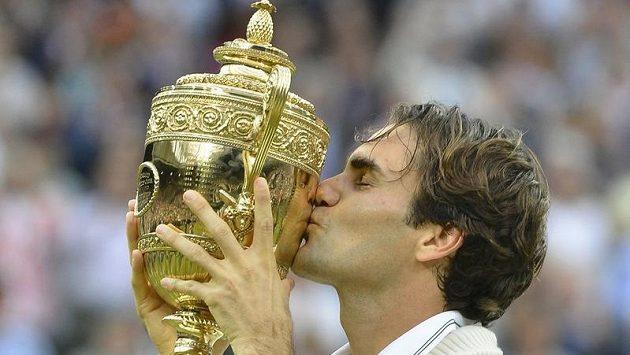 Nyní už sedminásobný wimbledonský vítěz Roger Federer se slavnou trofejí