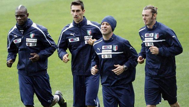 Italští reprezentanti Mario Balotelli (zleva), Davide Astori, Antonio Cassano a Federico Balzaretti na soustředění národního týmu v Covercianu.