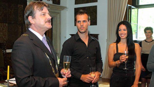 Ženich David Krejčí (uprostřed) a jeho nevěsta Naomi Starr na hradě Šternberk.